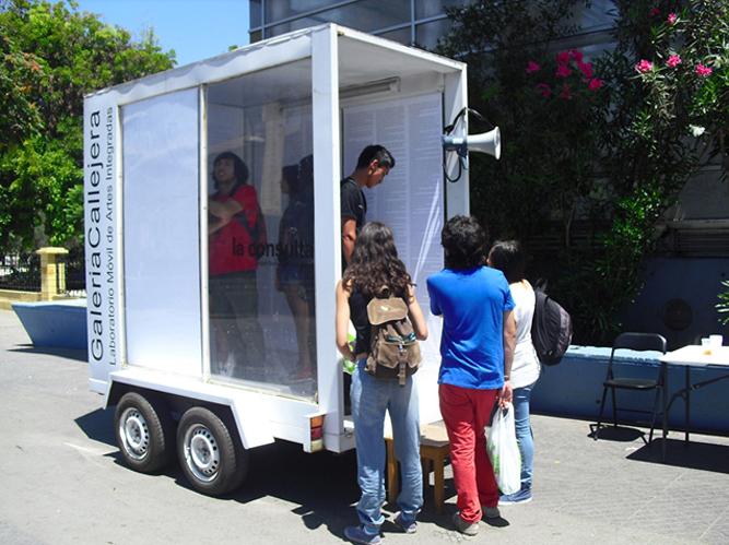 Intervención en Galería Callejer Parque Forestal Santiago, Chile. 2014. Impresión de la constitución de chile de 1980. Se empapela el interior de la galería y se invita al transeunte a ingresar para escribir sobre ésta y modificarla.