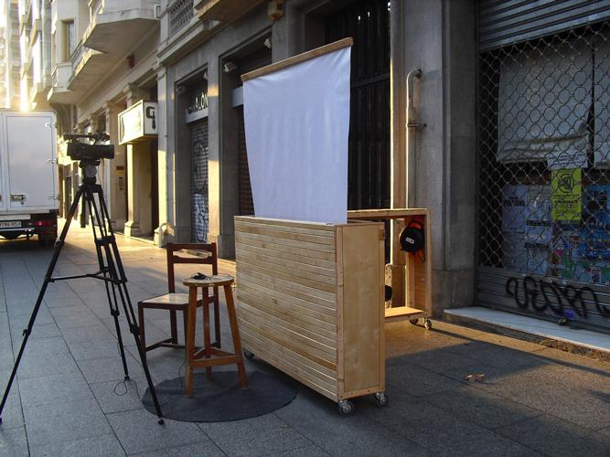 Dispositivo creado para hacer entrevistas construido con materiales reciclados. Intervenciónes en el barrio de la Esquerra del Eixample. Barcelona, España. 2013-2014